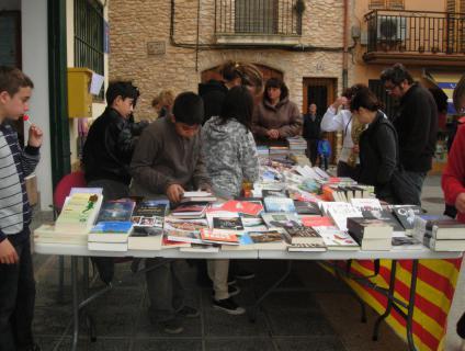 Venda de llibres i roses pels nens/es de 6è del CEIP Les Comes de Rodonyà -2012